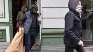 Polícia realiza uma série de buscas nas casas de militantes de extrema-direita