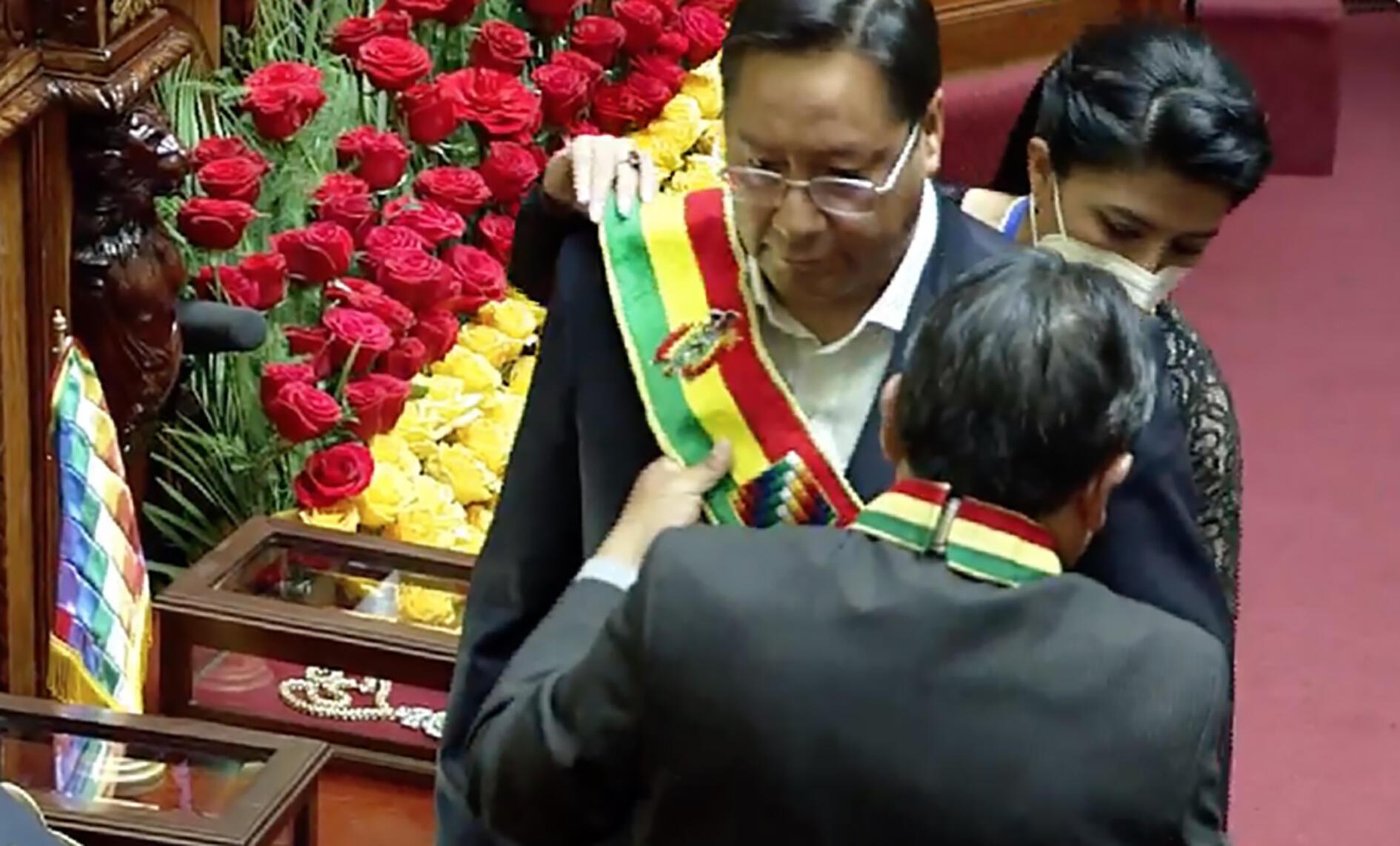 Foto difundida por la Agencia Boliviana de Información (ABI) que muestra al nuevo presidente de Bolivia, Luis Arce, juramentado por el vicepresidente David Choquehuanca en la Asamblea Legislativa Plurinacional, en La Paz, el 8 de noviembre de 2020.
