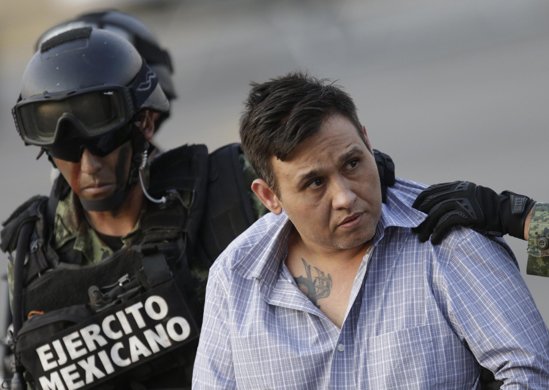 Omar Treviño Morales, capo del cartel Los Zetas, escoltado por militares durante una conferencia de prensa sobre su captura, el 4 de marzo de 2015.