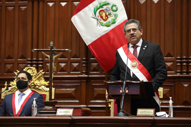 El centroderechista Manuel Merino asumió la presidencia de Perú este martes, una jornada marcada por protestas que dejaron una treintena de detenidos y varios heridos, y por una caída de más del 6% de la bolsa de Lima.