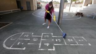 Nettoyage de la cour de récréation dans une école du Cannet, dans les Alpes-Maritimes, le 28 août.