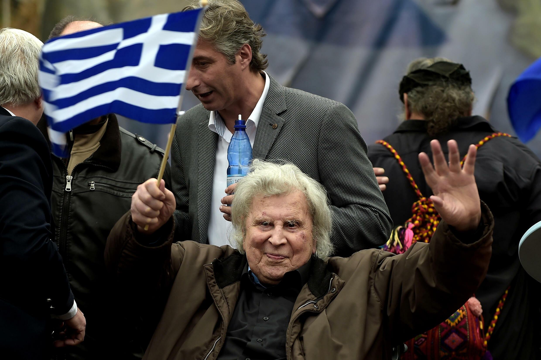Mikis Theodorakis sostiene una bandera de Grecia durante una manifestación el 4 de febrero de 2018 en el centro de Atenas
