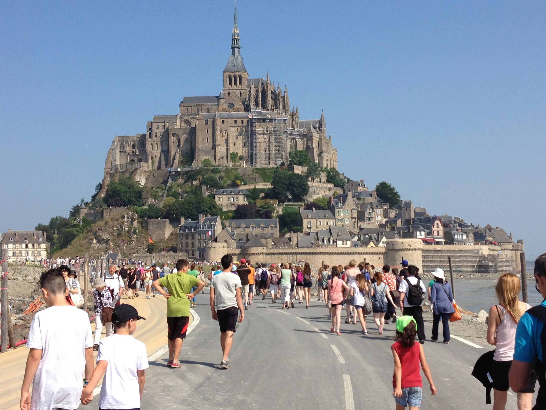 El Mont-Saint-Michel es uno de los lugares más turísticos de Europa con tres millones de visitantes por año.