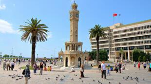 L'historique tour de l'Horloge face à l'Hôtel de Ville d'Izmir.