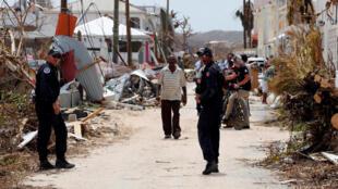 Des gendarmes français sur l'île dévastée de Saint-Martin, le 12 septembre 2017.