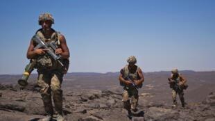 Soldados franceses patrullan cerca de Tessalit, en Mali, marzo de 2013.