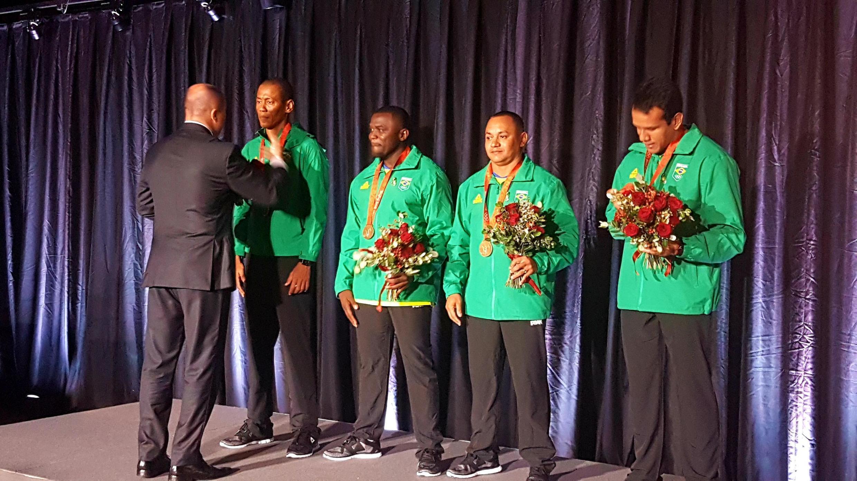 Os atletas (da esq. para a direita) Sandro Viana, José Carlos Gomes, Vicento Lenilson e Bruno Lins recebem a medalha de bronze recebida em Lausanne.