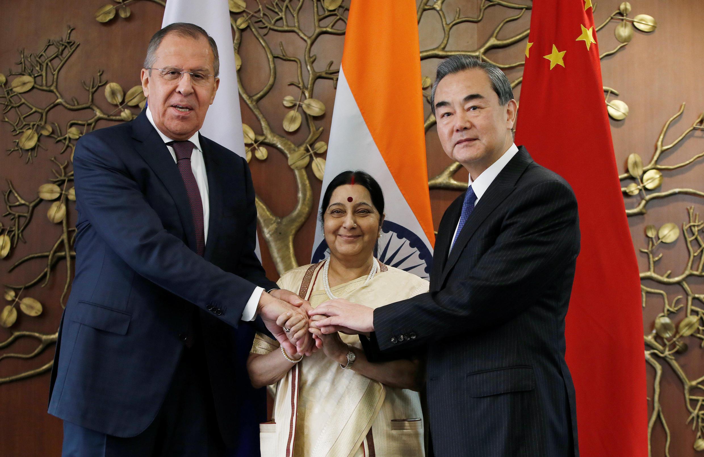 Các ngoại trưởng Lavrov (trái), Swaraij (giữa) và Vương Nghị tại New Delhi, ngày 11/12/2017.
