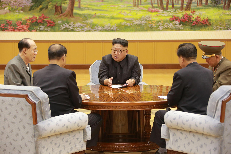 Le leader nord-coréen Kim Jong-un lors d'une réunion de la présidence du bureau politique du Parti des travailleurs de Corée sur une photo non datée fournie par KCNA.