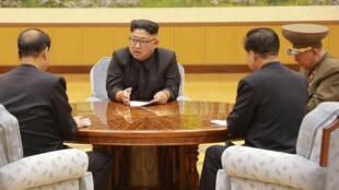 Le dirigeant nord-coréen Kim Jong Un participe à une réunion avec la Présidence du Bureau politique du Comité central du Parti des travailleurs de Corée dans cette photo non datée publiée par KCNA à Pyongyang le 4 septembre 2017.