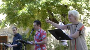 « E.passeur.com » de l'écrivaine turque Sedef Ecer, une lecture interprétée par Karim Barras, Romain Cinter et Florence Minder dans le cadre de «Ça va, ça va le monde!», organisé par RFI au Festival d'Avignon.