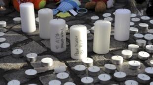 Velas colocadas na praça Saint-Lambert  em homenagem às vitimas do ataque a Liège, na Bélgica.