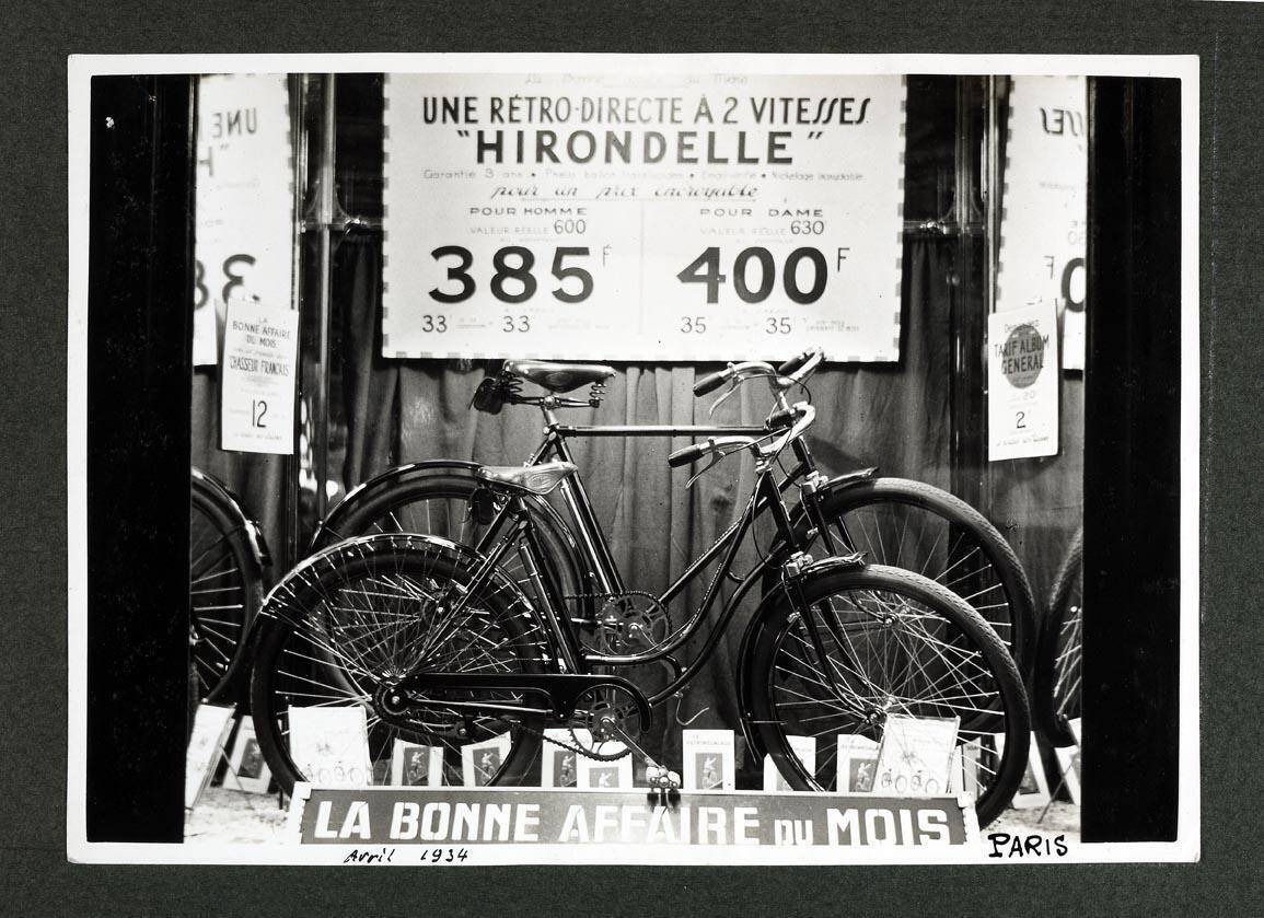 """L'emblématique modèle """"Hirondelle"""" de Manufrance, dans une boutique parisienne en avril 1934"""