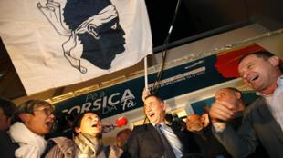 Le candidat nationaliste corse Gilles Simeoni (au centre) et ses militants fêtent leur victoire aux élections territoriales à Bastia, le 3 décembre 2017.
