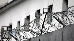 Бунт начался после того, как один из заключенных, которого подозревают в связях с боевиками ИГ, напал на охранника и отобрал у него автомат.