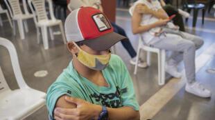 Adolescentes reciben dosis de Pfizer en Montevideo este miércoles 9 de junio, en el primer día de vacunación a menores contra el covid-19 en Uruguay