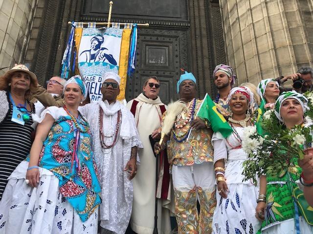 Baianas, o padre Brien MacCarthy e o pai de santo Pai Pote na Igreja da Madaleine, em Paris, em 8 de setembro de 2019.