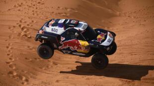 El español Carlos Sainz durante la 6ª Etapa del Rally Dakar 2021 entre Buraydah y Hail, en Arabia Saudita, el 8 de enero de 2021