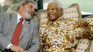 O ex-presidente Lula conversa com Nelson Mandela em Maputo, em 16/10/2008.