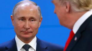 O Presidente russo Vladimir Putin  e o seu homólogo americano Donald Trump , durante a cimeira do G20  em Buenos Aires, no mês  de Novepmbro  de 2018