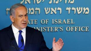 以色列总理在新闻发布会上的近照