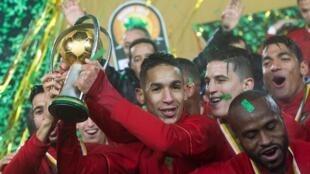 Les Marocains soulevant le trophée remis aux vainqueurs du CHAN 2018.