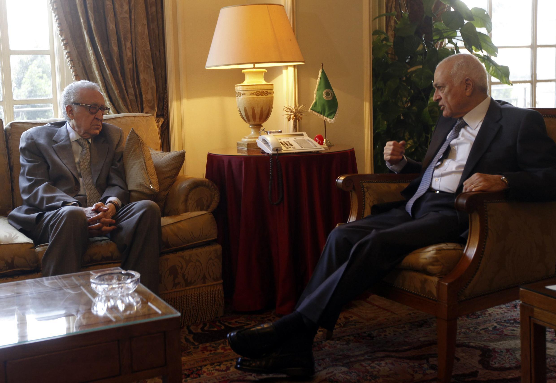 Lakhdar Brahimi (esquerda) e Nabil al-Arabi se encontraram neste domingo no Cairo para tratar do plano para o fim do conflito sírio.