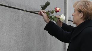 Des roses piquées dans ce qui reste du mur en souvenir des Allemands de l'Est qui perdirent la vie en tentant de passer à l'Ouest.