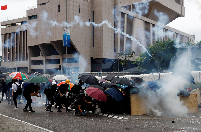 Mais um sábado de violência em Hong Kong, entre a polícia e manifestantes numa manifestação proíbida