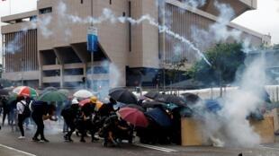 Người biểu tình dưới khói mù đạn hơi cay của cảnh sát Hồng Kông ngày 31/08/2019.
