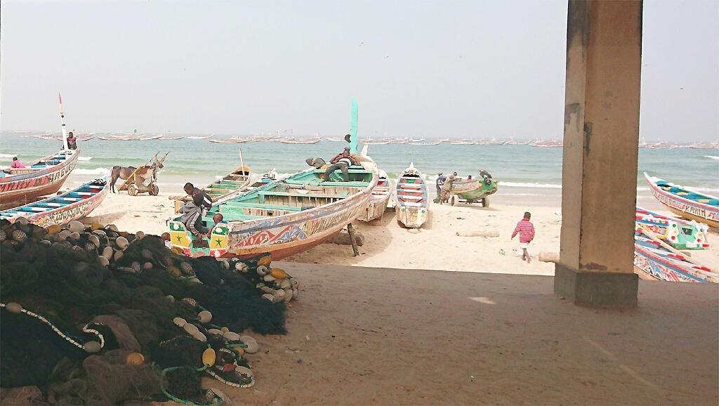 À Cayar, sous le quai de pêche, lieu de toutes les réunions et de tous les échanges.