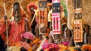 Des hommes de la tribu Dogon qui portent des masques de cérémonie.