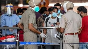 Des ressortissants indiens revenant des Émirats arabes unis à l'aéroport international Sri Guru Ram Dass Jee à la périphérie d'Amritsar le 15 juillet 2020.