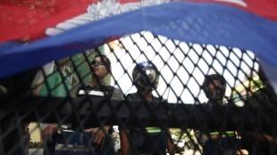 Cảnh sát chốt chặn một con đường tại Phnom Penh hôm 16/07/2014.