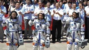 L'équipage de la mission Shenzou X, en partant de gauche: Wang Yaping, Zhang Xiaoguang et Nie Haisheng.