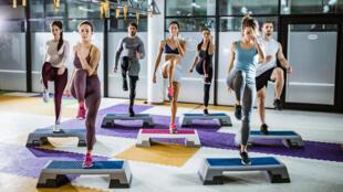 L'exercice du step pour renforcer les muscles des jambes.