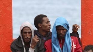 Cerca de 30 imigrantes foram encontrados mortos em um barco lotado de pessoas perto da costa da Sicília. Na foto chegada de 3500 imigrantes, incluindo mulheres e crianças, neste mesmo local no começo deste mês de junho.
