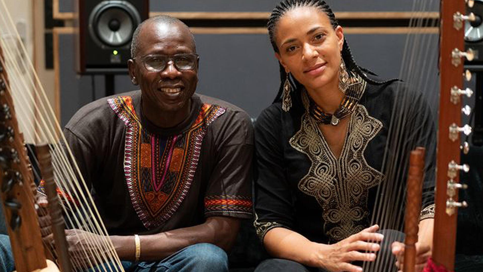 Ballaké Sissoko et Sona Jobarteh.
