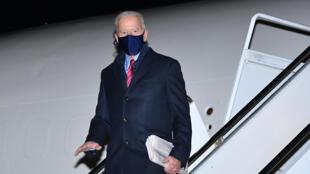 El presidente de EEUU Joe Biden llega en el Air Force One al aeropuerto de New Castle Airport, en Delaware, el 5 de febrero de 2021