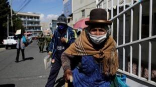 La Paz, le 15 juin 2020, devant l'hôpital Torax qui vient de fermer en raison d'une flambée de contamination au Covid-19 au sein du personnel médical.