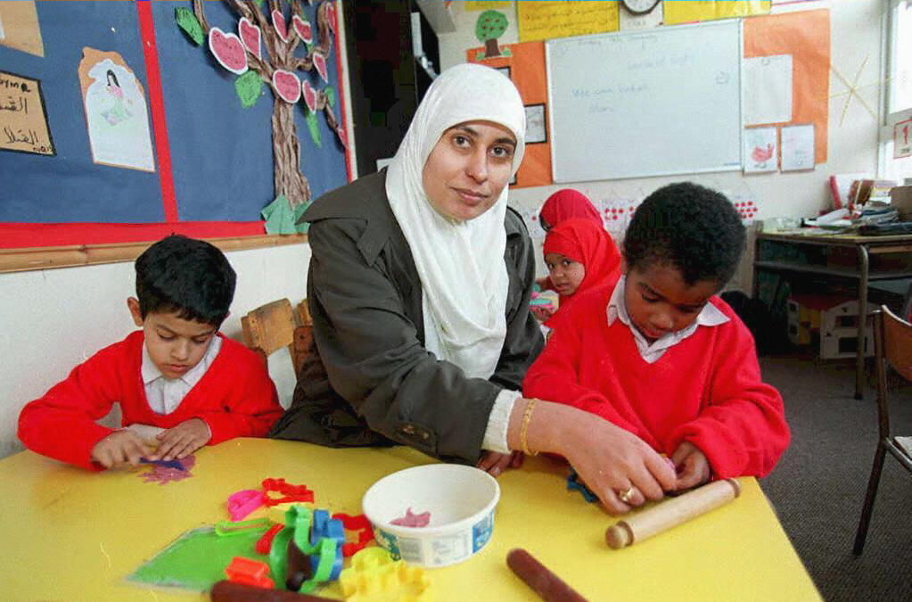 En Allemagne, la justice refuse une interdiction générale du port du foulard pour les enseignantes.