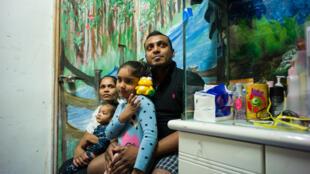 Gia đình ông Supun Thilina Kellapatha, người tị nạn Sri Lanka từng giúp Edward Snowden lẩn trốn năm 2013 tại Hồng Kông. Ảnh chụp hôm 13/12/2016.