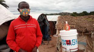 Un point d'eau équipé d'un distributeur de savon dans le camp de déplacés de Kaséké.