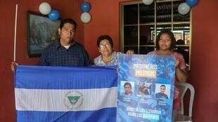 O militante Hanssel Vasquez (à esquerda), um dos 50 opositores libertados na segunda-feira (10) posa para uma foto com a mãe e a irmã, em Manágua.
