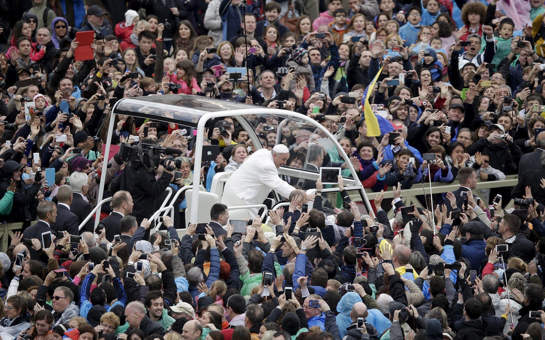Giáo hoàng Phanxicô với các tín đồ Thiên chúa giáo sau Thánh lễ, quảng trường Thánh Phêrô, 05/04/2015.