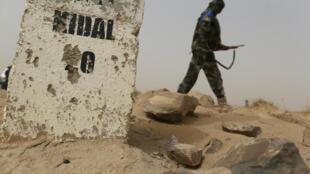 Un soldat malien patrouille aux abords de Kidal.