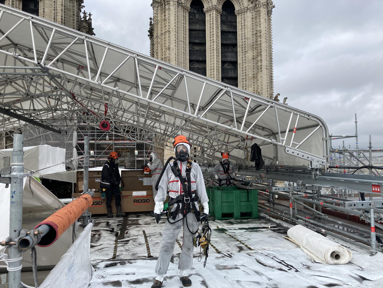 Sitio de restauración de Notre Dame: trabajo construido con cuerdas y máscaras para evitar que los trabajadores inhalen polvo de plomo tóxico del sitio (febrero de 2021).