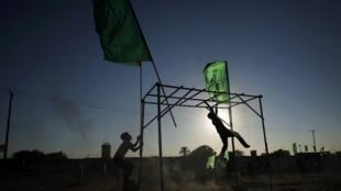 Jovens palestinos durante treinamento militar.