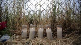 Des fleurs et des bougies à l'endroit où le train a déraillé, rendent hommage aux victimes de l'accident à Saint-Jacques-de-Compostelle.
