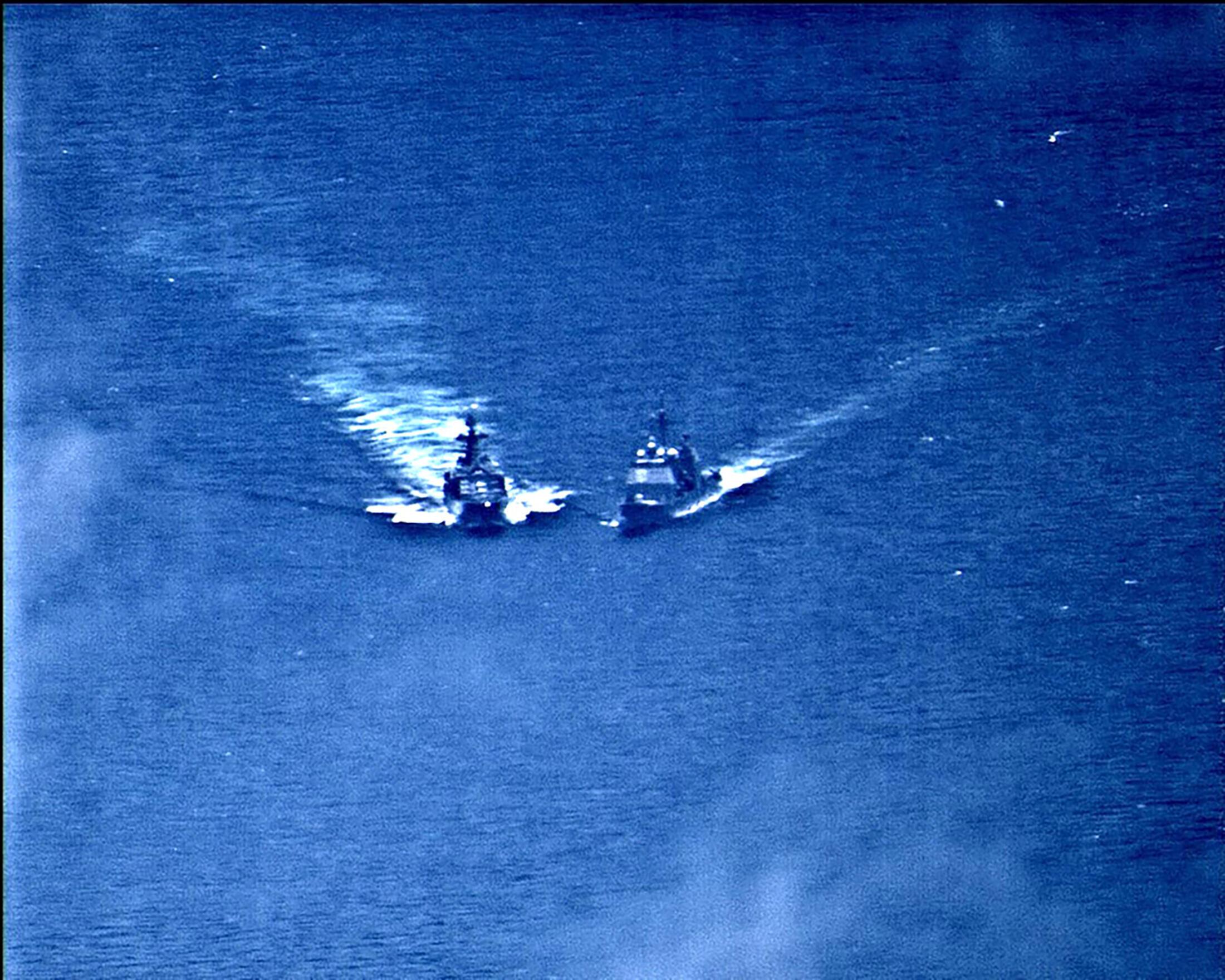 Hình ảnh được loan tải cho thấy khu trục hạm Nga và tuần dương hạm của Mỹ áp sát nhau trên biển hoa Đông, ngày 07/06/2019.